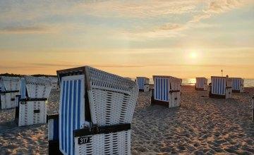 strandkoerbe-im-sonnenuntergang