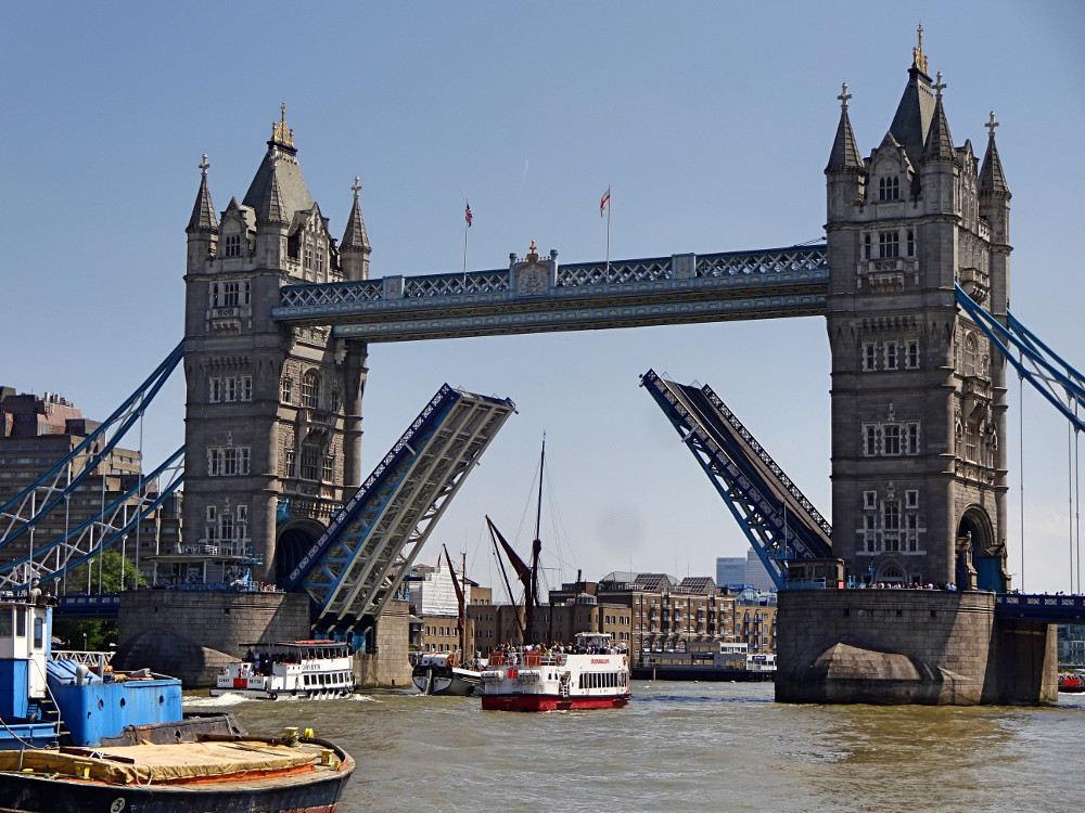 -schiff-fährt-durch-geöffnete-tower-bridge