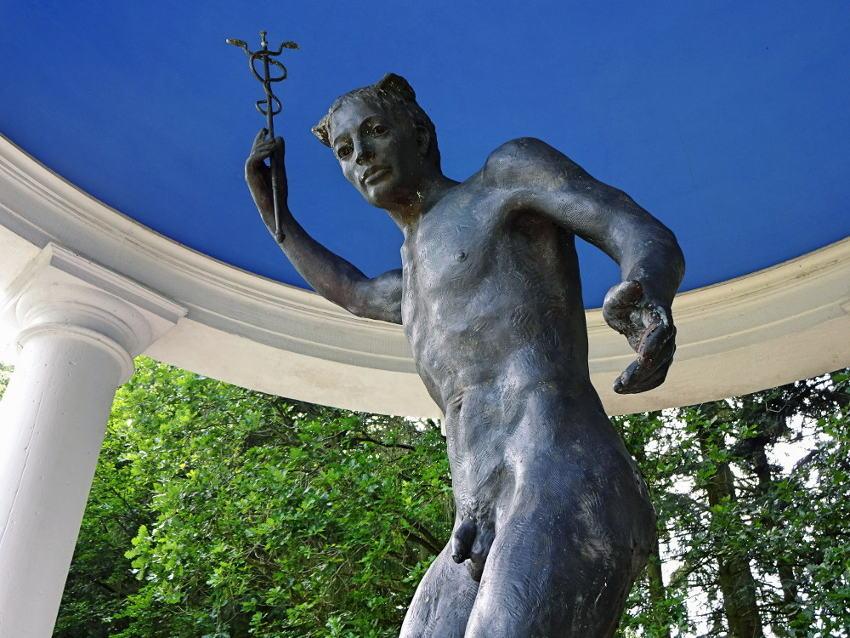 merkur-statue-im-pavillon