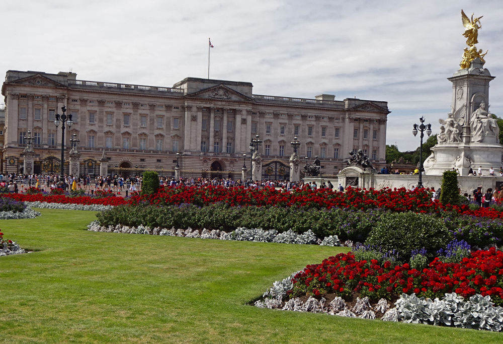 buckingham-palace-und-queen-victoria-statue