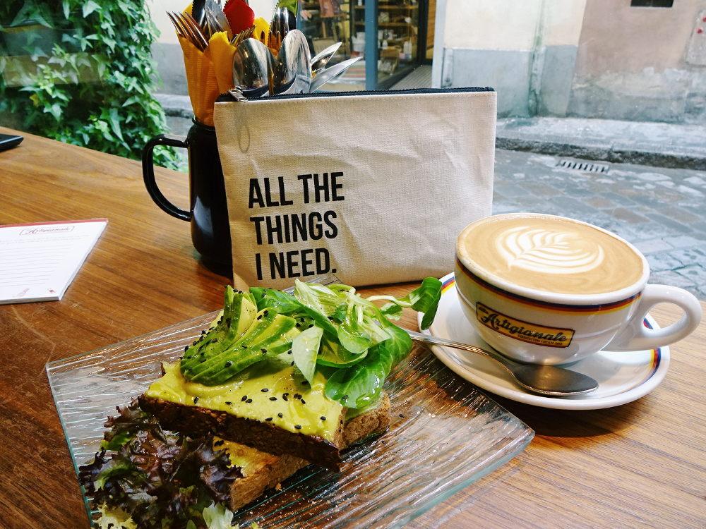 avocado-toast-und-cappuccino