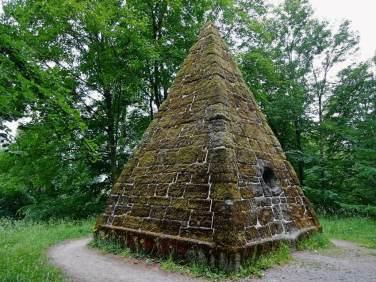 moosbewachsene-pyramide