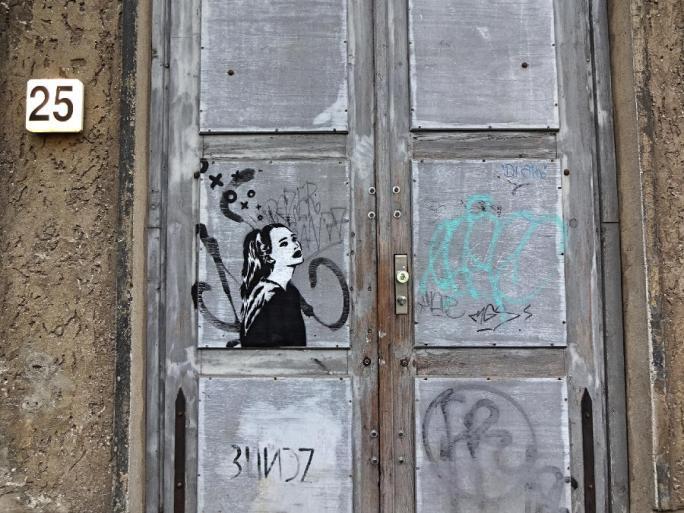 street-art-girl-an-tür