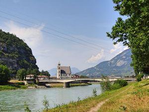 gruenes-flussufer-mit-kirche