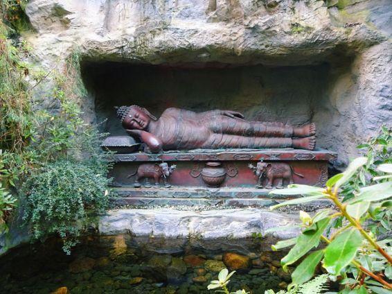 schlafender-buddha-am-teich
