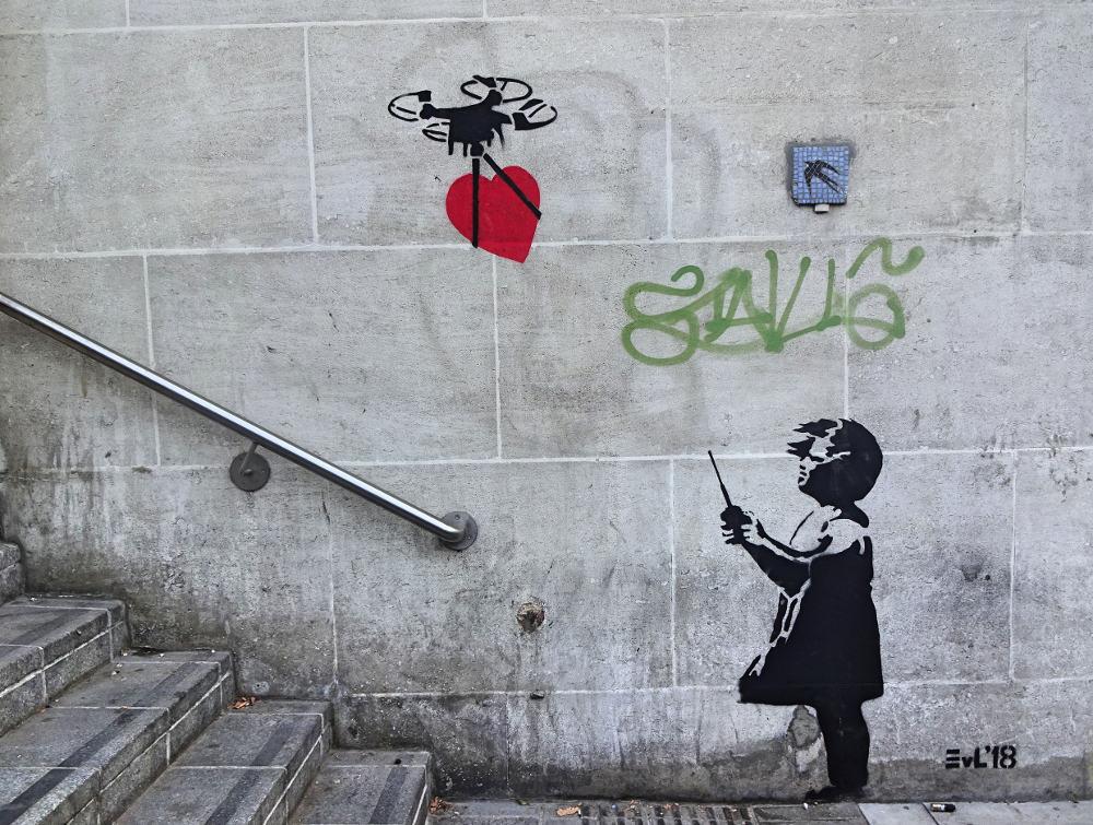 street-art-maedchen-drohne-mit-herz