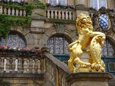 goldener-loewe-vor-rathaus