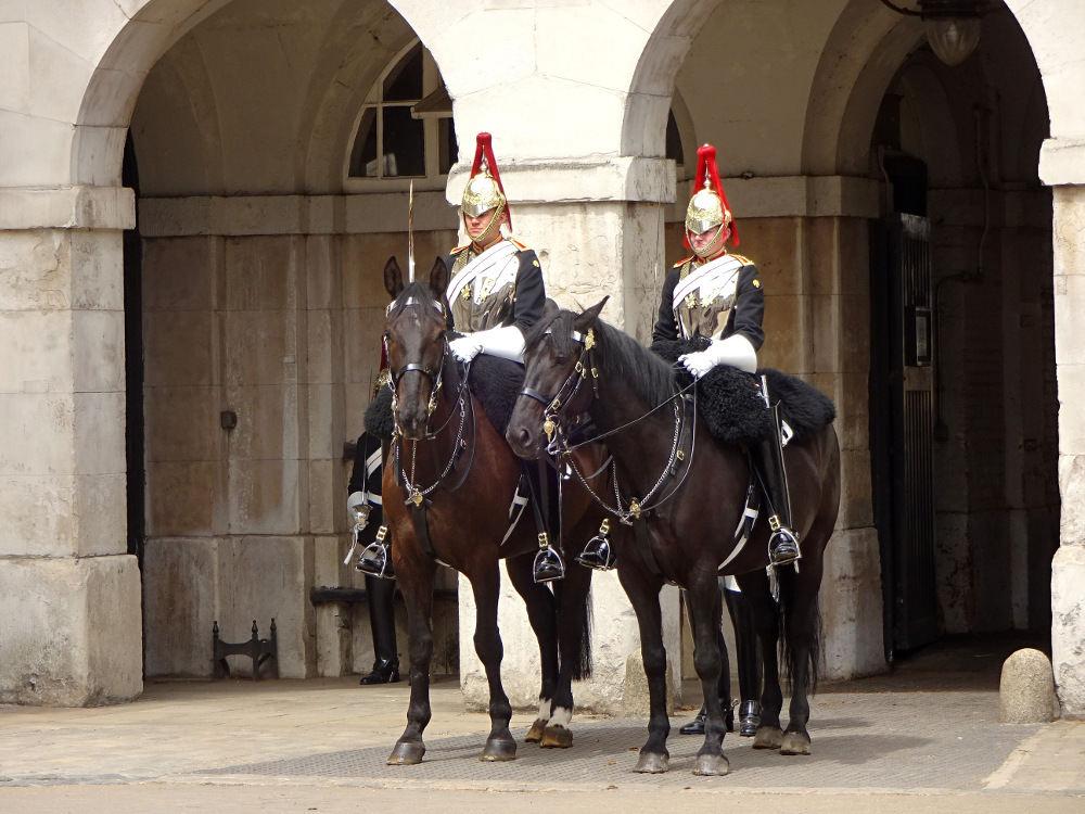 zwei-horse-guards-auf-ihren-pferden