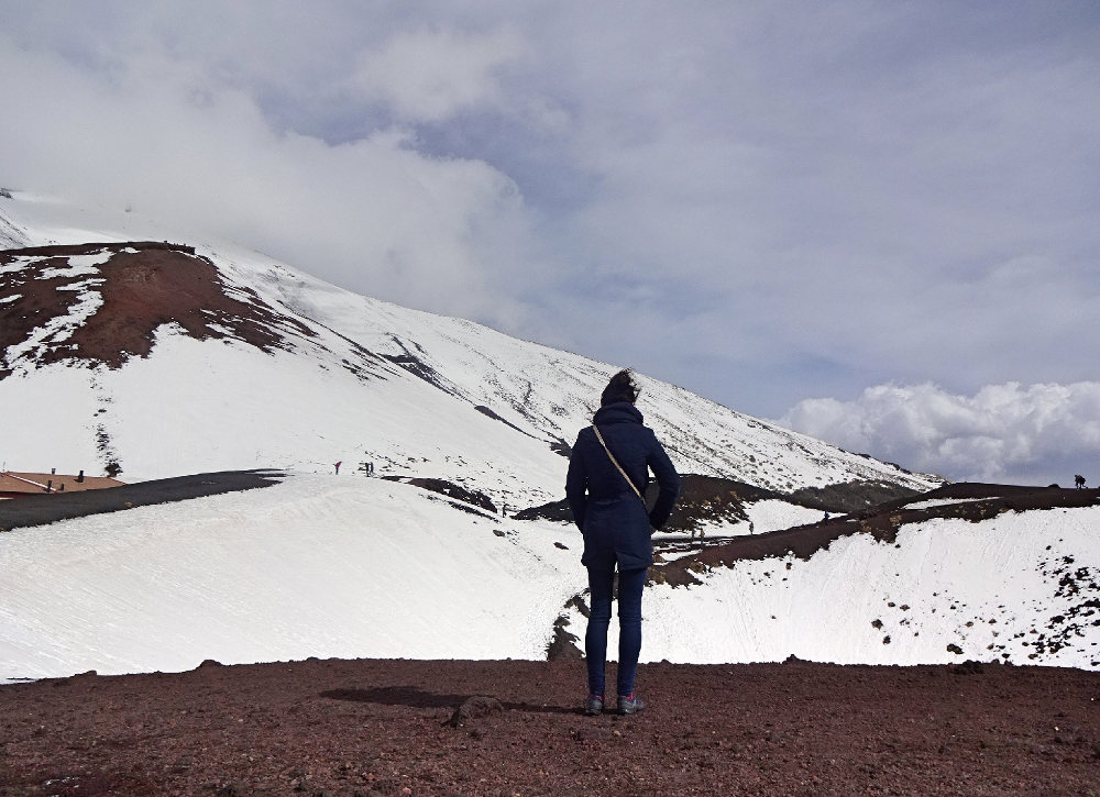 frau-vor-schneebedecktem-berg