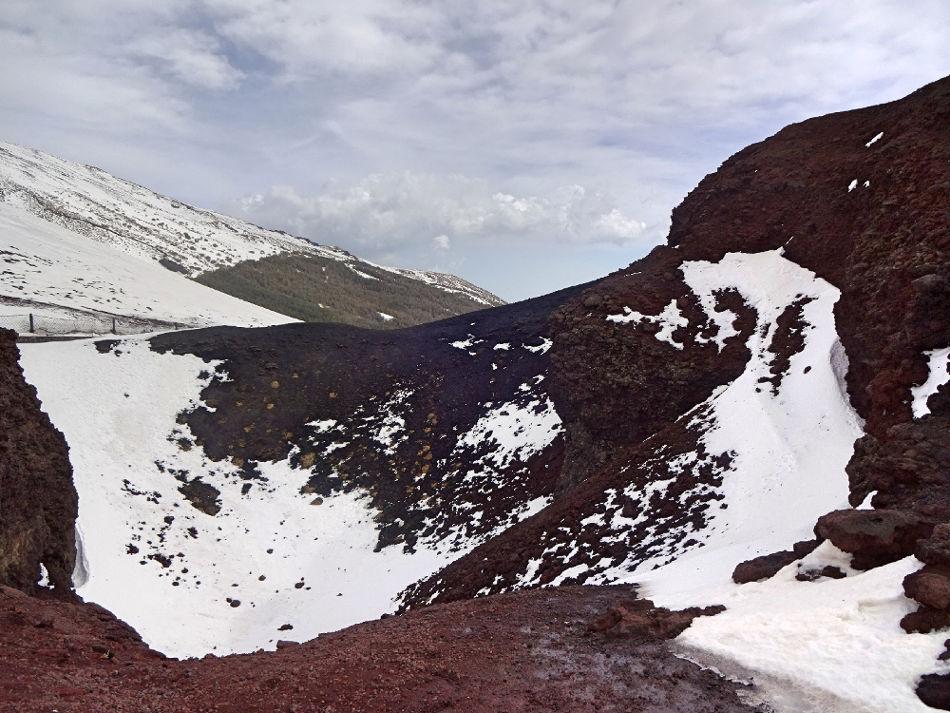 vulkankrater-mit-schnee