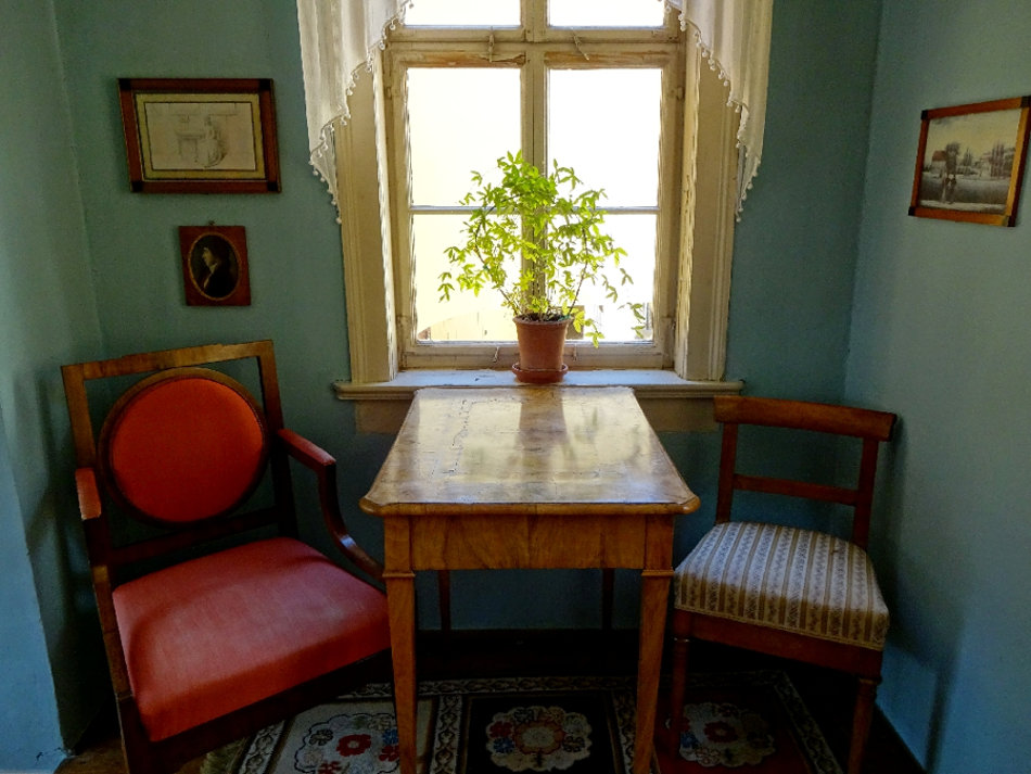 sitzecke-mit-tisch-undstuehlen