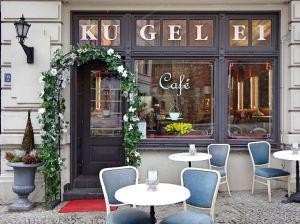 tische-und-stuehle-vor-cafe