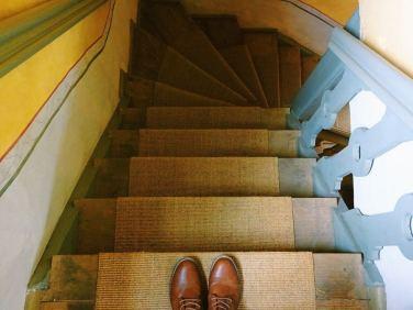 stiefel-auf-treppe