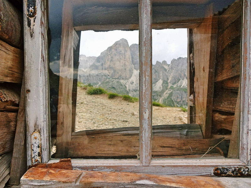 holzfenster-mit-blick-auf-berggipfel