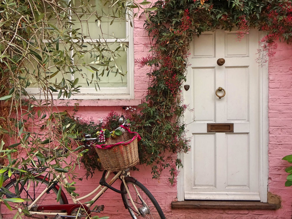 pinkes-haus-mit-fahrrad-in-st-lukes-mewes