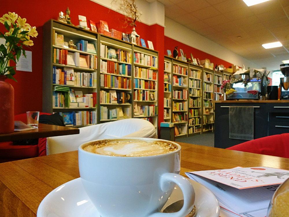 cappuccino-tasse-im-buchladen