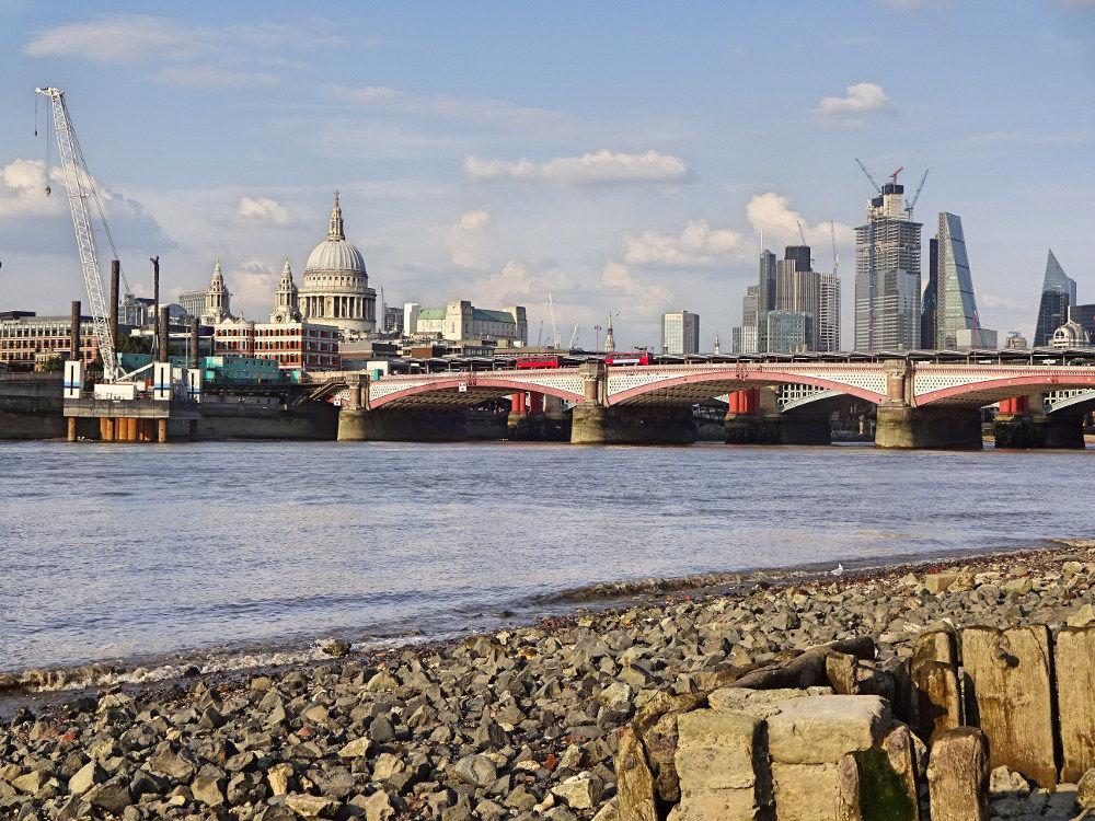 themse-bei-ebbe-blick-auf-london-skyline