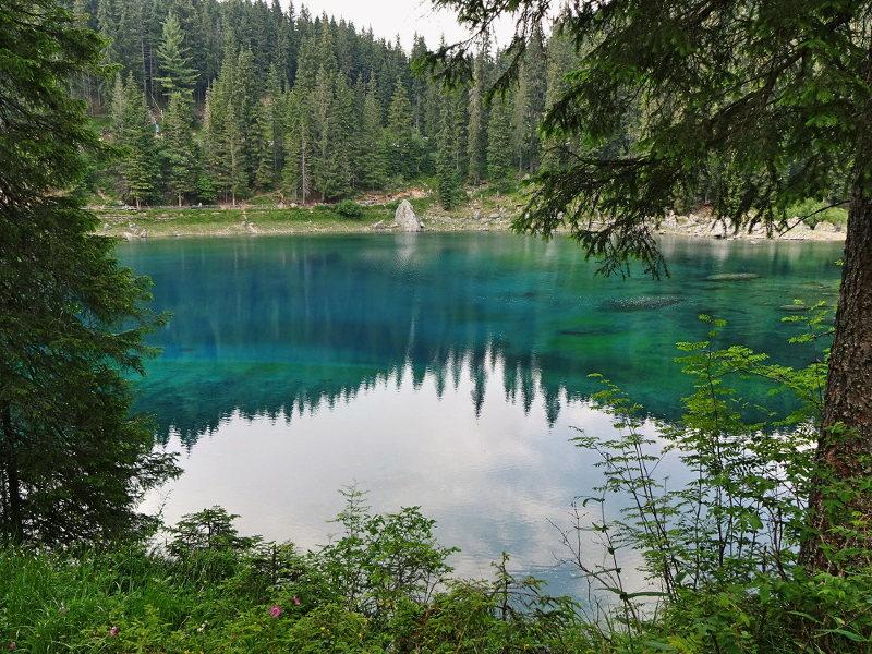 tiefblauer-see-von-bergen-umgeben