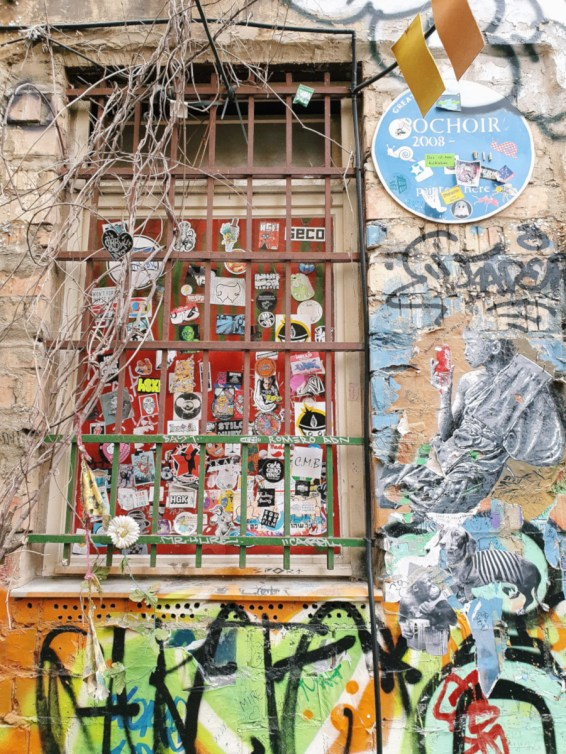 gitterfenster-mit-street-art