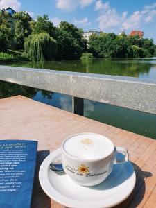 cappuccino-auf-seeterrasse