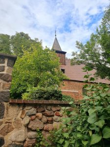 kirchturm-hinter-mauer